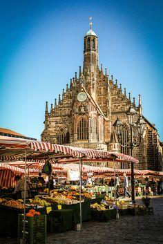 reloj de catedral en Nürnberg Hauptmarket, Germany