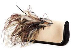Clutch bicolor con plumas, de Dries Van Noten.