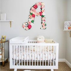 Going floral is all the rage in the nursery these days and we totally approve! Admiring this pretty nursery by @meaganqbailey