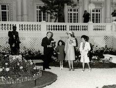 Baptême-de-la-rose-Stéphanie-par-le-Prince-Rainier-la-Princesse-Grace-et-la-Princesse-Stéphanie-dans-la-roseraie-du-Musée-National-en-1973