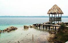 """Laguna Lachuá Guatemala   Es un cenote en Guatemala. Está ubicada en la selva tropical en el municipio de Cobán Alta Verapaz. El lago tiene una forma circular y es probablemente una dolina inundada.   El agua del lago tiene un olor sulfúrico lo que explica el origen de su nombre: Lachuá es derivado de las palabras kekchí """"li chu há"""" cuyo significado es agua fétida. El agua contiene un alto grado de calcita y ramas de árboles caídos en el lago se cubren rápidamente de una capa de calcita…"""