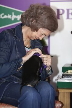 La reina Sofía apoya la adopción de perros abandonados #realeza #royalty