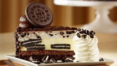 This Oreo Dream Extreme Cheesecake made by the Cheesecake Factory is filled with Oreo cookies blended into a vanilla cheesecake. The very top of the cheesecake has a layer of mousse and Oreo cookie pieces, on top of that is milk chocolate frosting. The Cheesecake Factory, Cheese Cake Factory Menu, Cheese Factory, Oreo Cheesecake Cookies, Oreo Cheesecake Recipes, Oreo Cake, Oreo Cookies, Chip Cookies, Yummy Treats