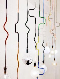 Maak van de nood een deugd en gebruik je kabels voor wat lijnenspel. We plukken een handvol inspiratie van Pinterest.(Foto's: Pinterest)