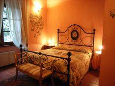Suite Le Rose. Taverna di Bibbiano – Agriturismo Romantico tra Siena e San Gimignano con vista sulle torri medievali di San Gimignano  E–mail:info@tavernadibibbiano.it   Tel/Fax 0577 95 91 64 –