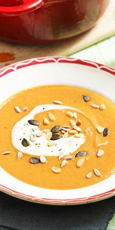 Einfach& Vegan.  Die vegane Tomaten-Mango-Suppe mit einem Soja-Joghurt-Topping kommt sicherlich weit oben auf die Liste deiner Lieblingsrezepte.  Hier geht´s zum Rezept
