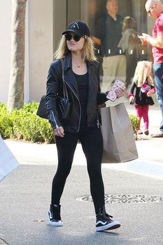 Como ser casual e estilosa com Lucy Hale. Boné preto, blusa preta, jaqueta de couro preta, legging preta, tênis preto vans, look all black, todo preto