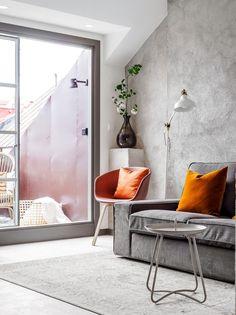 wohnzimmer wandfarbe grau orange akzente deko runde spiegel | Big ...