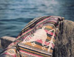 Étoffe rituelle shamanique Thai Lao, une pièce de broderie unique de la région de Houaphan datant des années 50. Un textile précieux en fils de soie et de coton interprétant la mythologie des grands esprits protecteurs dont les shamans se parent durant les rituels ou cérémonies.