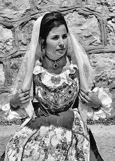 Donna di Pula in costume tradizionale e gioielli