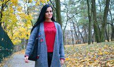 Stylizacja z dzianinowym płaszczem oversize i bluzą z frędzlami