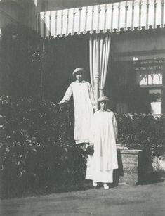 Grand Duchesses Olga Nikolaevna e Tatiana Nikolaevna, em Peterhof, 1913.