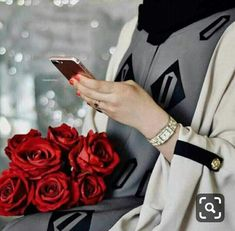 Uploaded by ɓʆɑck ɛyɛร. Find images and videos about girl, flower and phone on We Heart It - the app to get lost in what you love. Stylish Girls Photos, Stylish Girl Pic, Girl Photos, Girly Images, Girly Pictures, Hand Pictures, Arab Girls, Muslim Girls, Hijabi Girl