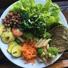 Boa noitee!!!  Última refeição do dia:  Saladona de alface, tomate, cenoura, brócolis, vagem e couve ➕ Beringela grelhada ➕ Abobrinha grelhada ➕ Macarrão integral ➕ Feijão.