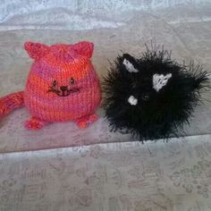Cute mini knitted cats only 2.5 inches tall.