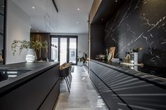 Urban Industrial Decor Tips From The Pros Have you been thinking about making changes to your home? Are you looking at hiring an interior designer to help you? Black Kitchens, Luxury Kitchens, Home Kitchens, Kitchen Black, Kitchen Small, Modern Kitchen Design, Interior Design Living Room, Kitchen Contemporary, Cuisines Design