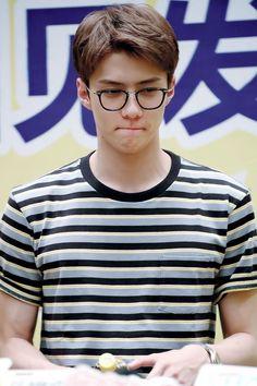 óculos no Sehun me matam