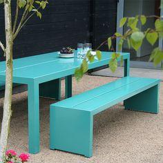 Banco de madeira na cor turquesa para a área do jardim é um charme e deixa as visitas muito mais a vontade ;)