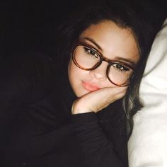 Selena Gomez just shared a new selfie with fans before heading to bed last night, and she looks beautiful! Selena is sporting a pair of glasses. Selena Gomez Fashion, Style Selena Gomez, Fotos Selena Gomez, Selena Gomez Selfies, Selena Gomez Tumblr, Selena Gomez Makeup, Selena Gomez Music, Kylie Jenner, Selena Gomez Glasses