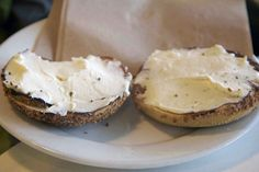 Did you know that you only need one ingredient to make your own homemade cream cheese? All you need is 1 quart of whole milk (or low fat) yogurt, a large No Dairy Recipes, Snack Recipes, How To Make Cheese, Making Cheese, Good Food, Yummy Food, Homemade Cheese, Sweet Sauce, Frugal Meals