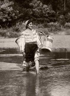 Gypsy in Romania, Gypsy Life, Gypsy Soul, Boho Gypsy, Bohemian, Romanian Gypsy, Romanian Girls, Old Photos, Vintage Photos, Gypsy People