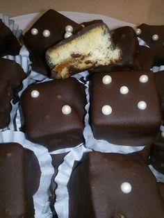 Ενα απλο κεικ με γεμιση μαρμελαδα βερικοκο μετατρεπεται σε σοκολατακια… για το κεικ .. 250γρ βουτυρο 1κουπα ζαχαρη.. 4αυγα.. 3 βανιλιες 250μλ γαλα-χυμο πορτοκαλι(αναμεικτο,) 1φαριναπ.. 3κουβερτουρε μαρμελάδα βερίκοκο εκτελεση χτθπαμε βουτυρο με ζαχαρη να ασπρίσει,πρισθετουμε ενα ενα τα αυγα,τις βανιλιες κ ξυσμα αν θελουμε,,το γαλα-χυμο κ Greek Sweets, Greek Desserts, Greek Recipes, Sweet Loaf Recipe, Loaf Recipes, Small Cake, Confectionery, Tray Bakes, Cake Pops