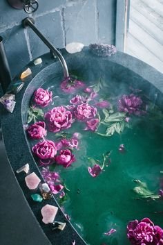 Meditation tips - bath with flowers and crystals to relax. I love the look of this and I feel like adding flowers to baths is so aesthetic! Pantone, Boho Home, Witch Aesthetic, Neon Aesthetic, Flower Aesthetic, My New Room, Bath Time, Diy Home Decor, Sweet Home