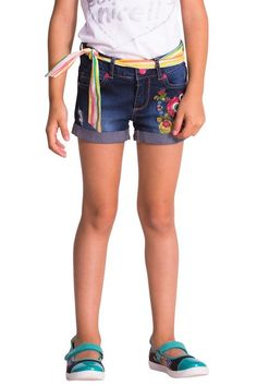 Denim shorts that the most fashion-conscious girls will love. Check out the embroidered flowers and the multicolored belt. They're made of cotton and elastane for a comfortable and soft finish. Surprise her!