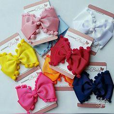 Moños con pompones Hair Ribbons, Ribbon Bows, Baby Bows, Baby Headbands, Crafts To Sell, Diy And Crafts, Barrettes, Hairbows, Pinwheel Bow