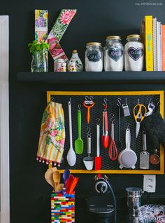dar charme à cozinha é expor os utensílios – se eles tiverem estilos diferentes, melhor! Para a blogueira Kika R