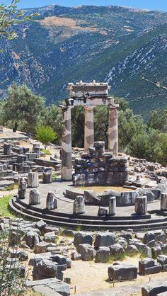 The tholos of Athena Pronaia Sanctuary (Temple of Apollo), Delphi, Greece.. Oráculo de Delfis . Dedicado a Apolo, un lugar muy misterioso donde aprendí mucho sobre la cultura griega y los juegos olímpicos.