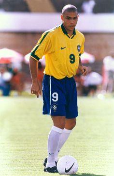 Ronaldo, ainda jovem, em dezembro de 1997, domina a bola e pensa rápido para passe. Foto: UOL