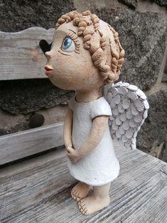Malá Andělka (na objednávku) / Zboží prodejce Kočida | Fler.cz Ceramic Angels, Air Dry Clay, Ceramic Art, Garden Art, Angeles, Wings, Crochet Hats, Carving, Pottery