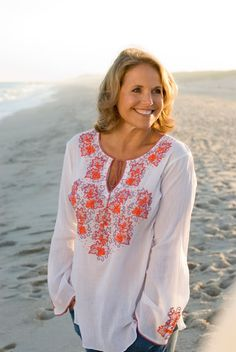 Katie Couric beach chic in sulu collection Beach Bag Essentials, Fashion Over Fifty, Island Outfit, Katie Couric, Advanced Style, Independent Women, Fashion Lookbook, Summer Looks, Amazing Women