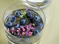 21 Infused Water Recipes to Detox + Hydrate Your Skin blueberry_lavender_water. Infused Water Recipes, Fruit Infused Water, Dieta Detox, Edible Flowers, Detox Drinks, Blueberry, Lose Weight, Weight Loss, Water Weight