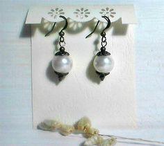 Boucles d'oreilles dormeuse*Mariage*Boucles d'oreilles vintage *perle de verre Nacré * Bronze Antique* by itssomimi2 on Etsy