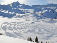 Simon Beck, artist made these intense geometrical designs by snowshoe footprints. Beck has been making these pieces of land art since 2004 by trampling around freshly fallen snow at the French Les Arcs ski resort. Land Art, Simon Beck, Snow Artist, Art Environnemental, Map Maker, Ice Art, Crop Circles, Ice Sculptures, Snow And Ice