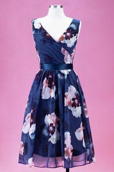 Tmavě modré lehké šaty se vzorem květin od značky Lady V London je model vhodný na svatbu, na párty, do teplých letních dní. Díky materiálu (100% polyester), který je velmi lehký, se budete cítit skvěle po celý den. Bez rukávů, výstřih do V vpředu i vzadu, zapínání na skrytý zip na zádech, saténový pásek modré barvy součástí. K šatům doporučujeme boty na podpatku z naší nabídky. Francescas Dresses, Simple Aesthetic, Vintage Silhouette, Lady V, Pale Pink, Flare Dress, Fashion Dresses, Chiffon, Blush