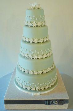 Schitterende taart in mint groen met suikerbloemen... prachtig! Wat mooi! Zonde om aan te snijden...