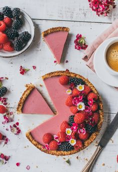 This creamy and summery raspberry coconut tart tastes so delicious. The raspberry coconut cake is vegan, healthy and without refined sugar. Healthy Vegan Desserts, Vegan Sweets, Raw Food Recipes, Dessert Recipes, Raspberry And Coconut Cake, Coconut Tart, Raw Cake, Vegan Cake, Tarte Vegan