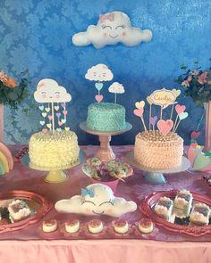 Pensa num chá de bebê cheio de encanto☔️ com os bolos maravilhosos da @docarialicristina e os topers de bolos delicadissimos da caprichosa ❤️@lisalcantaraartes #chadebebe #chadechuvadeamor #chuvadeamor #chuvadebencaos #chadechuvadebencaos #festachuvadeamor #festachuvadebencaos #festachuvadeamorideias #doceschuvadeamor #doceschuvadebencaos