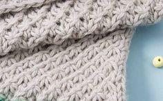 Kuschelige Wolle und hübsches Sternchenmuster – stricke diese Babydecke mit unserer Anleitung.