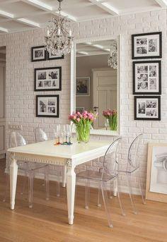 Este ambiente foi publicado no blog Encadreé Posters em uma seleção de salas de jantar que incorporaram na decoração a cadeira Louis Ghost, criada pelo designer Philippe Starck.