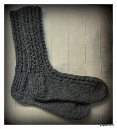 Megetar: Villasukat ja lapaset + ohje pitsineuleelle Knitting Socks, Knitting Ideas, One Color, Colour, Handicraft, Knit Crochet, Crocheting, Diy, Fashion