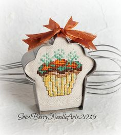 Pinner said: What a treat this piece is! A cross stitched vanilla cupcake with a chocolate dirt frosting has the tops of carrots sprouting from the Cupcake Cross Stitch, Cross Stitch Floss, Embroidery Applique, Cross Stitch Embroidery, Cross Stitch Finishing, Stitch Patterns, Needlework, Weaving, Easter