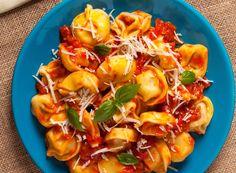 O tigaie, 3 ingrediente și numai câteva minute libere: de atât ai nevoie ca să faci o masă super gustoasă în timp record pentru 4-5 persoane! Tortellini, Mozzarella, Healthy Recipes, Healthy Food, Shrimp, Food And Drink, Chicken, Diet, Kitchens