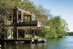 This spectacular retreat was designed by Andersson-Wise, an architecture & design studio based in Austin, Texas. Located on Lake Austin, The Bunny Run Boat Dock is a magical living space designed around a boat dock, it features two boat slips sur Cantilever Architecture, Architecture Design, Pavilion Architecture, Sustainable Architecture, Residential Architecture, Contemporary Architecture, Landscape Architecture, Haus Am See, Diving Board