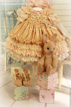 Купить или заказать Комплект для куклы   стиль бохо , шебби шик в интернет-магазине на Ярмарке Мастеров. Это комплект для моей новой куклы . Очень нежный комплект для куклы в персиковых тонах : комбинированное многослойное платье с длинным рукавом , панталончики , замшевые ботиночки ручной работы ,зайчик ,сделаный мною в технике сухого валяния . Одежду не продаю ,выложила для оформления витрины магазина. МАСТЕР-КЛАССЫ www.livemaster.ru/arishaskazka2…