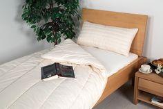 """Die Kapok/Schurwoll-Duo-Bettdecke """"Java"""" ist die ideale Winter-Bettdecke für Menschen mit einem durchschnittlichen Wärmebedarf. Durch die Füllung aus 50% Kapok und 50% Schafschurwolle werden die besonderen Eigenschaften von zwei qualitativ hochwertigen Naturmaterialien vereint. So entsteht eine Winter-Bettdecke, die ein gutes Wärmehaltungs-Vermögen besitzt und dennoch angenehm leicht ist."""