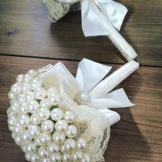 Buquê de Pérola (daminha) Cake Bouquet, Diy Bouquet, Wedding Brooch Bouquets, Bride Bouquets, Pearl Wedding Decorations, Pearl Bouquet, Material Flowers, Alternative Bouquet, Wedding Prep